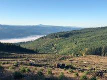 Brouillard de vallée à partir d'un dessus de montagne Images stock
