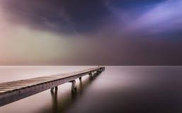 Brouillard dense à l'aube en couleurs images libres de droits