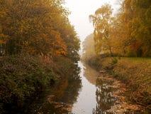 Brouillard en automne au parc de sculpture en Yorkshire photos libres de droits