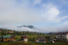 Brouillard en vallée sur le village Matin Image libre de droits