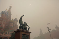 Brouillard enfumé à Moscou, Russie. Kremlin. Photos libres de droits