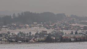 Brouillard enfumé à Ostrava, la poussière dans le ciel, danger à la situation sérieuse de calamité de santé des personnes clips vidéos