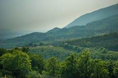 brouillard enfumé au-dessus de petites montagnes des Alpes Photographie stock libre de droits