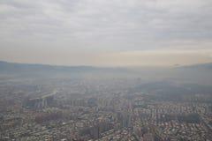 Brouillard enfumé au-dessus de Taïpeh comme vu de la tour 101 Photos libres de droits