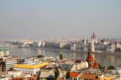 Brouillard enfumé au-dessus du Parlement hongrois Photo stock