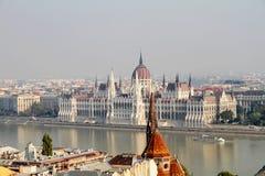 Brouillard enfumé au-dessus du Parlement hongrois Images stock