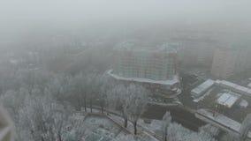 Brouillard enfumé dans la ville pendant l'hiver banque de vidéos
