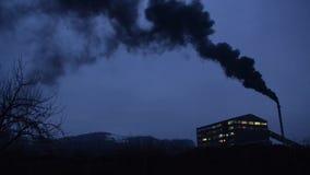 Brouillard enfumé lourd d'industrie Pollution atmosphérique lourde industrielle et du trafic en ville Pollution de soufflement de banque de vidéos
