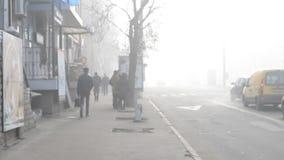 Brouillard enfumé sur la rue de ville banque de vidéos
