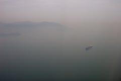 Brouillard et bateau de Kong Kong Images libres de droits