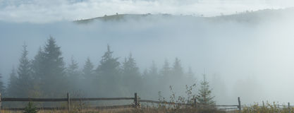 Brouillard et montagnes Image stock