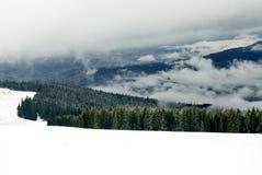 Brouillard et neige dans Carpathiens Photographie stock libre de droits