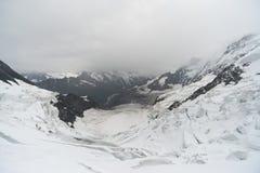 Brouillard et neige sur la montagne Photos stock