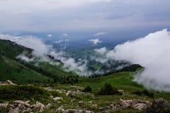 Brouillard et nuages au-dessus des bois dans les montagnes près d'Almaty, Kaz Photographie stock libre de droits