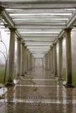 Brouillard et pluie dans des ruines de jardin Images libres de droits
