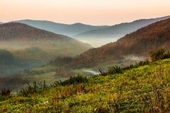 brouillard froid en montagnes images stock