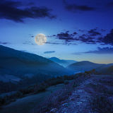 Brouillard froid en montagnes la nuit images stock