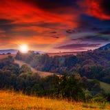 Brouillard froid sur le coucher du soleil chaud en montagnes photos libres de droits