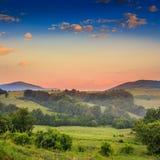 Brouillard froid sur le lever de soleil chaud en montagnes photos stock
