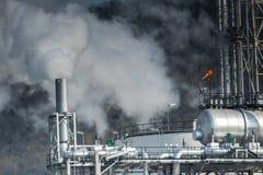 Brouillard industriel lourd de tube d'échappement dans le produit pétrochimique et le powe photos stock