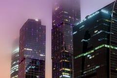 Brouillard moderne de nuit d'immeuble de bureaux Photo libre de droits