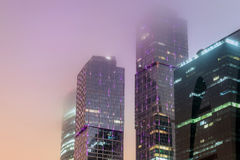 Brouillard moderne de nuit d'immeuble de bureaux Photo stock