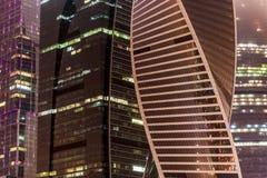 Brouillard moderne de nuit d'immeuble de bureaux Photographie stock