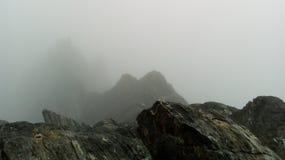 Brouillard montagneux magnifique photographie stock