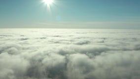 Brouillard rare d'hiver de début de la matinée au-dessus de l'horizon de ville de la baie et des gratte-ciel de mer avant lever banque de vidéos