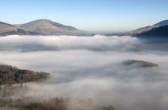Brouillard se dégageant au-dessus de Keswick, Cumbria, R-U. Images stock