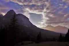 Brouillard se levant d'Ehrwald aux montagnes Photos stock