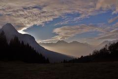 Brouillard se levant d'Ehrwald aux montagnes Photos libres de droits