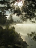 Brouillard se levant du lac Photo stock