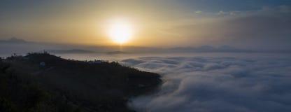 Brouillard sous la ville Photo stock