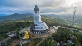 Brouillard sur la grande statue de Bouddha Photo stock