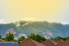 Brouillard sur la montagne derrière la maison image stock