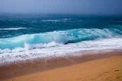 Brouillard sur la plage de mer en Espagne Images stock