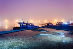 Brouillard sur la ville de bord de la mer