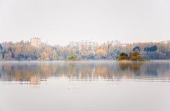 Brouillard sur le lac Senezh dans la chute de Solnechnogorsk par temps calme Image libre de droits
