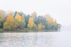 Brouillard sur le lac Senezh dans la chute de Solnechnogorsk par temps calme Photo libre de droits