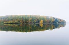 Brouillard sur le lac Senezh dans la chute de Solnechnogorsk par temps calme Image stock