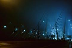 Brouillard sur le pont la nuit Image libre de droits