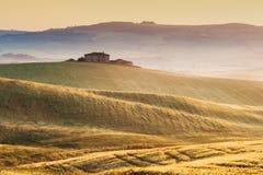 Brouillard toscan au soleil de champs, Italie Image libre de droits