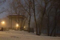 Brouillard très épais Axe pour le repos en parc public Images stock