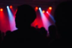 Brouillez la foule defocused de concert de musique en tant que fond abstrait Photo stock