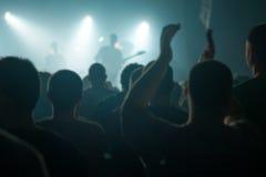Brouillez la foule defocused de concert de musique en tant que fond abstrait images stock