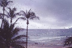 Brouillez la pluie tropicale de tempête d'île de fond sur la fenêtre photographie stock libre de droits