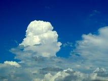 brouillez le ciel bleu d'espace libre blanc de nuage dans un jour Images stock