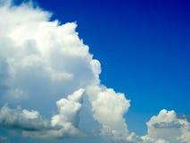 Brouillez le ciel bleu d'espace libre blanc de nuage de tas dans un jour Photos stock