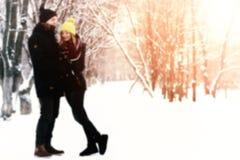 Brouillez le fond abstrait du hétérosexuel de couples l'hiver de rue Images libres de droits